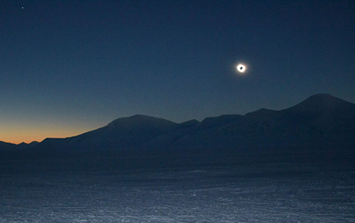 jpg A total eclipse of the sun, seen from Svalbard.