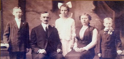 jpg Portrait of the Trump family, from left to right: Fred, Frederick, Elizabeth, Elizabeth Christ, and John, 1915